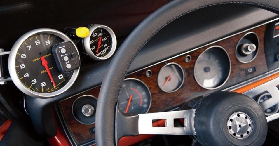 O painel não recebeu muitas modificações e tem um relógio sobre o volante que mostra a pressão do blower e a rotação do motor