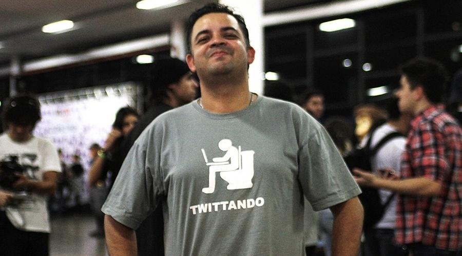 O vlogueiro e ator Ricardo Rocha usa uma camiseta que expressa um dos locais (inusitados) em que as pessoas geralmente postam mensagens no Twitter