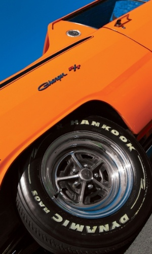 Os pneus têm tamanho dos de arrancada, mas são de rua; as faixas laterais são do Charger 1971, ano de nascimento de Matheus
