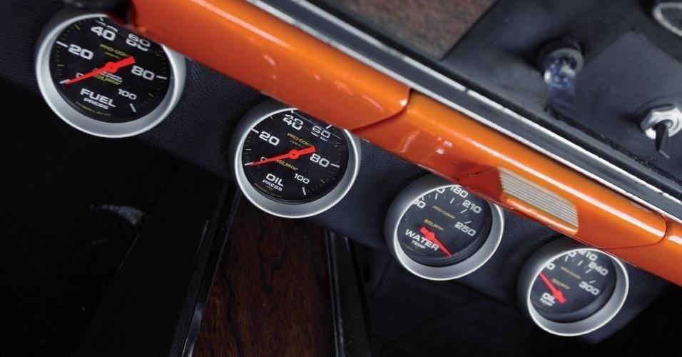 Os relógios do painel mostram, na ordem, o nível de pressão da injeção, nível do óleo, temperatura da água e temperatura do óleo