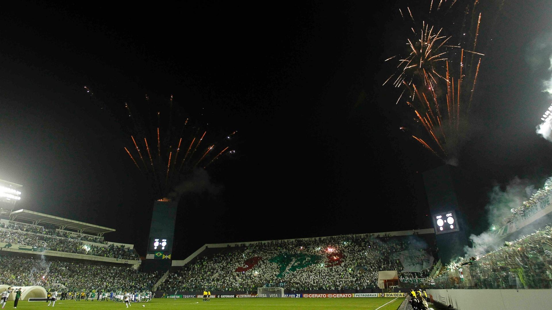 Palmeiras e Coritiba entram no gramado da Arena Barueri e são recebidos com queima de fogos