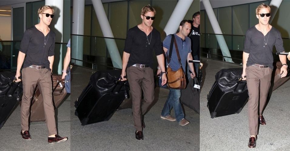 Para desembarcar no aeroporto de Toronto, Ryan Gosling optou por outro look básico ajustado ao corpo. A camiseta preta com botões foi usada com calça marrom e sapatos de couro, também marrom. Os acessórios, como os óculos escuros, o colar e o cinto complementaram o look. Colocar a parte da frente da camiseta dentro da calça é um truque de styling frequentemente usado pelo ator