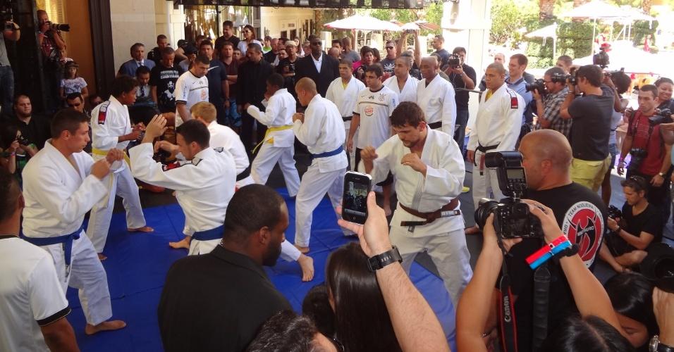 Principais lutadores do UFC 148 participam de treino aberto ao público antes do evento, em Las Vegas