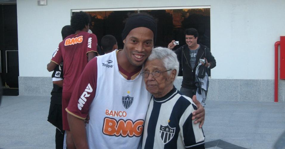 Ronaldinho ao lado de Dona Marquita, torcedora do Atlético-MG, na Cidade do Galo (5/7/2012)