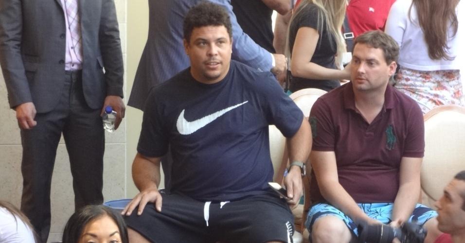 Ronaldo, empresário de Anderson Silva, assiste ao treino aberto do UFC 148, em Las Vegas