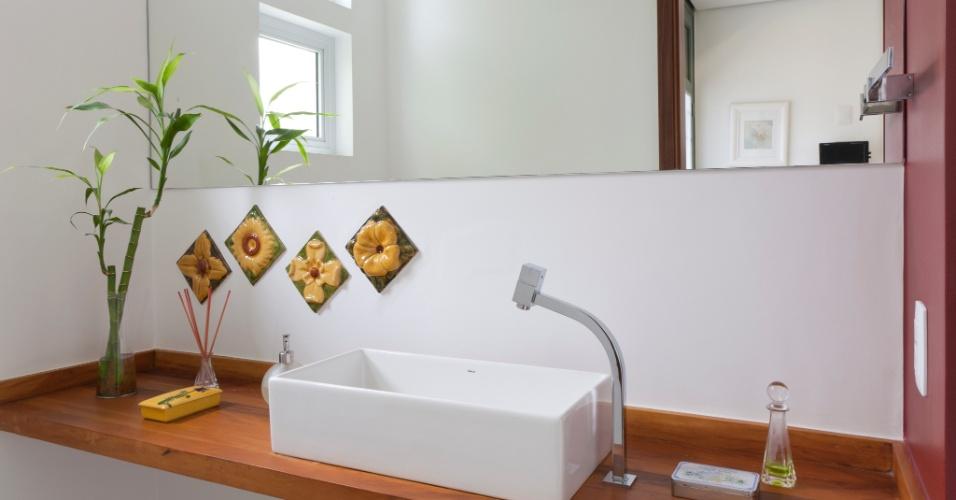 Simples e charmoso, o lavabo ganhou bancada de madeira da Demolidora 3 Irmãos, com cuba Deca e torneira Lorenzetti. O toque diferenciado está nos quatro azulejos comprados pelos moradores no Palácio da Música Catalã, em Barcelona