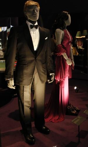 """Smoking usado pelo ator Daniel Craig em """"007 - Quantum of Solace"""" (2008). A exposição inclui os smoking do usados pelo agente secreto e vestidos de baile das Bond Girls (5/7/12)"""