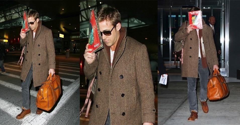 Sobrepondo os looks básicos e ajustados ao corpo, Ryan Gosling costuma melhorar ainda mais o visual vestindo casacos pesados e bem cortados. Um truque de styling que o ator usa para dar mais elegância ao look é puxar a parte de traz da gola para cima
