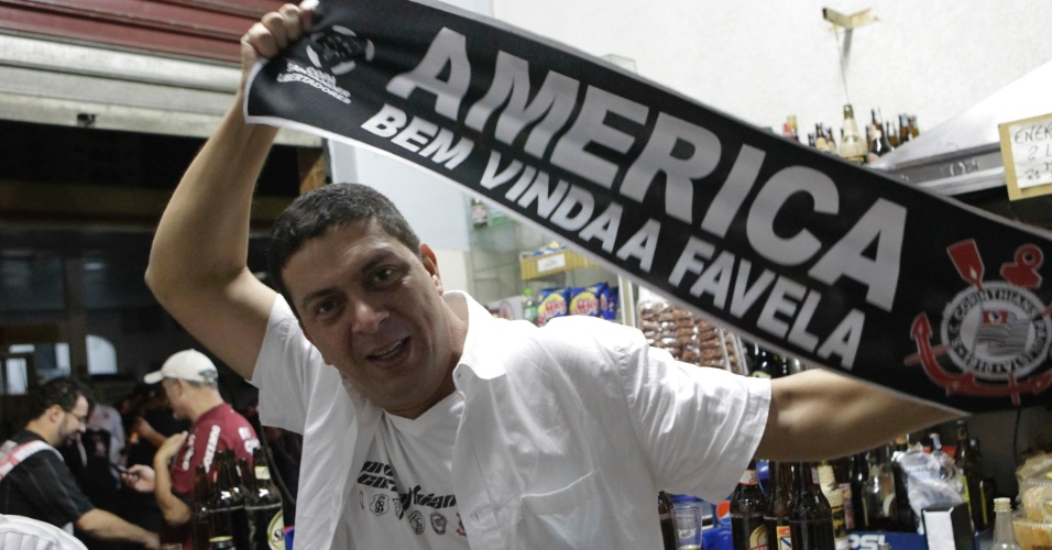 Torcedor exibe faixa de campeão da Libertadores-2012