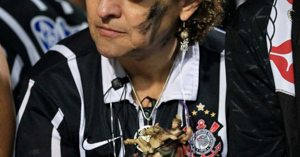 Torcedora do Corinthians assiste à final da Libertadores contra o Boca Juniors, no Pacaembu