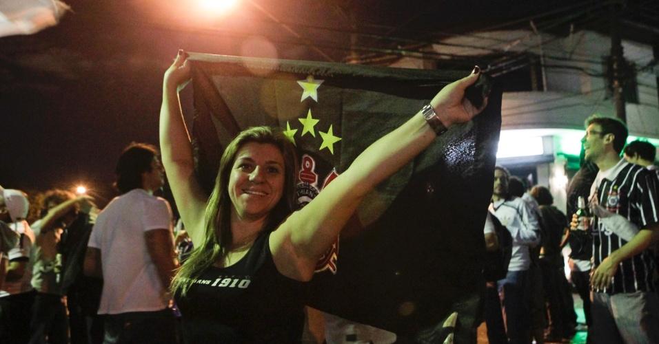 Torcedora exibe orgulhosa a bandeira do Corinthians