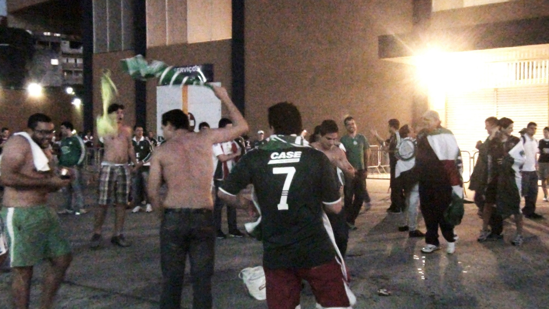Torcedores do Palmeiras cantam em frente  Arena Barueri