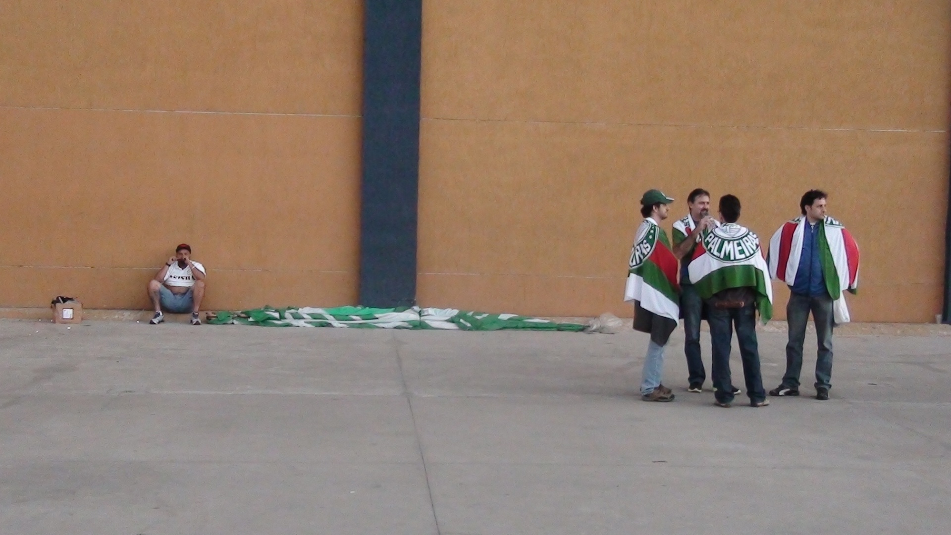 Torcedores do Palmeiras circulam pelos arredores da Arena Barueri
