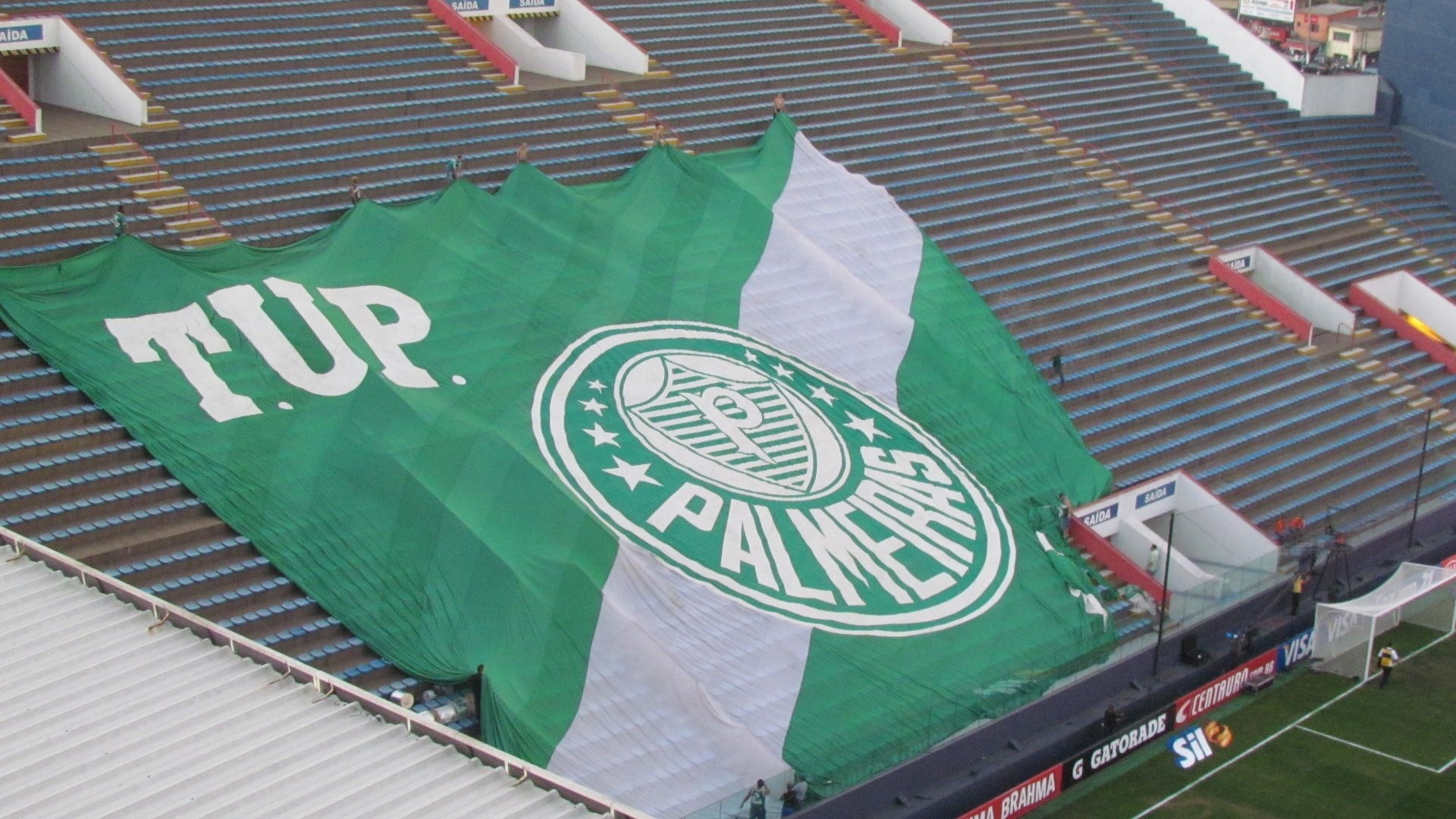 Torcedores do Palmeiras estendem a bandeira e fazem teste na arquibancada de Barueri