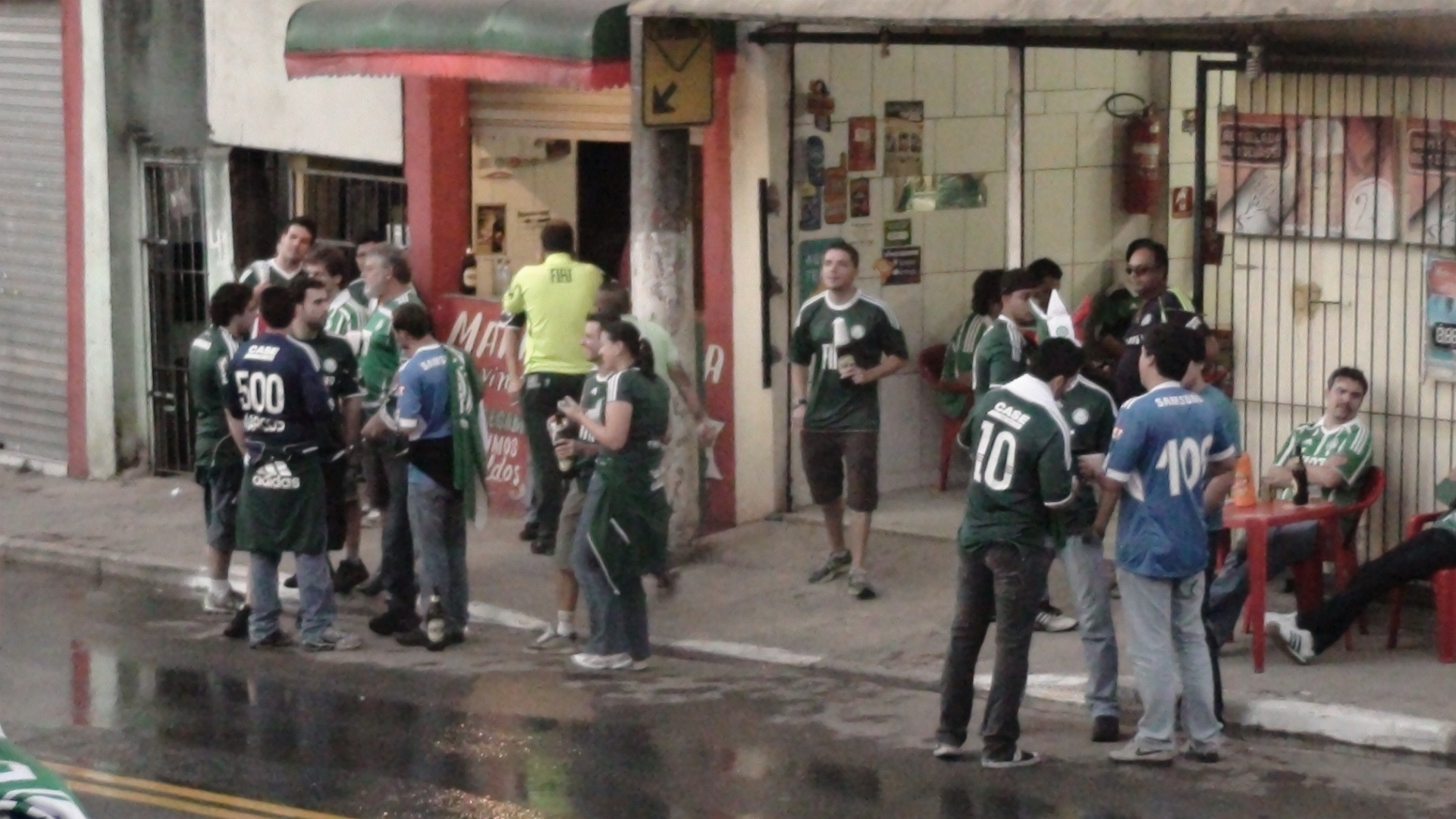 Torcedores do Palmeiras ocupam alguns dos bares prximos  Arena Barueri