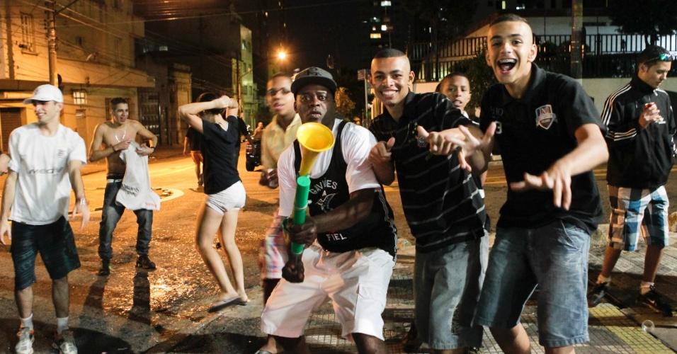 Torcedores fazem a festa nas ruas de São Paulo após confirmação do título da Libertadores