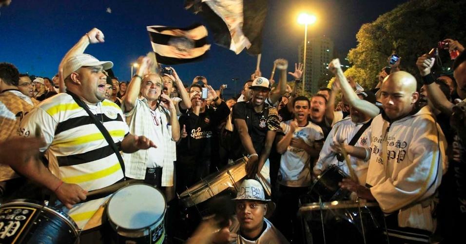 Torcida do Corinthians mostra animação antes do jogo contra o Boca, do lado de fora do Pacaembu