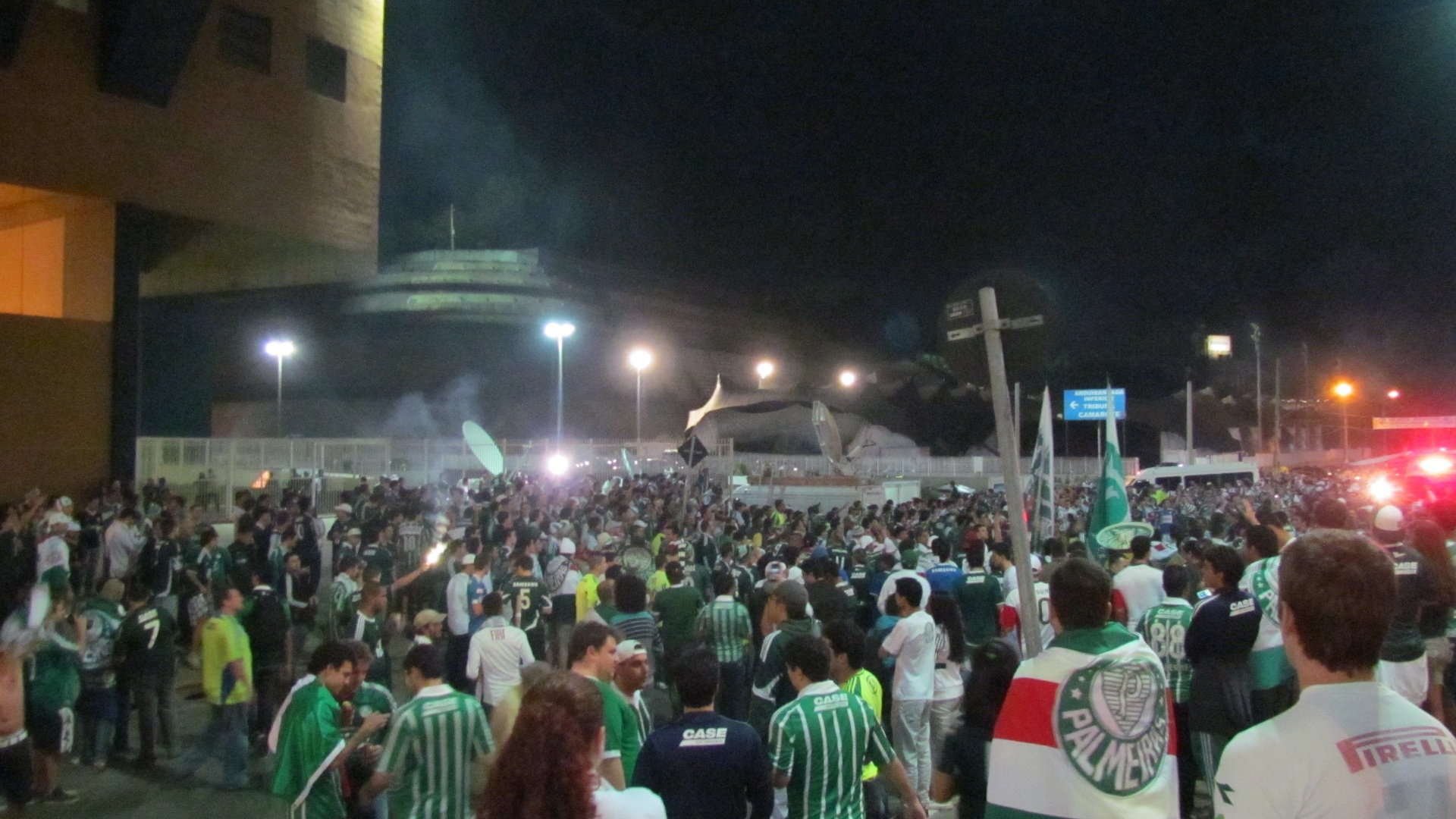 Torcida do Palmeiras circula em bom nmero pelos arredores da Arena Barueri