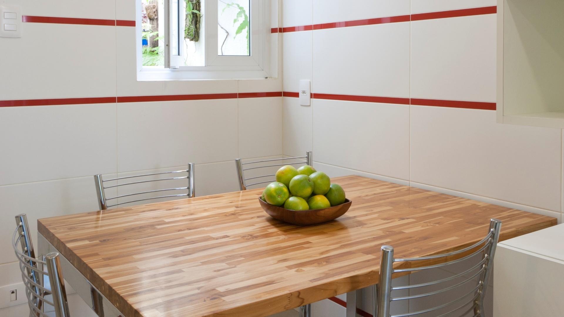 Um canto da cozinha foi reservado para as pequenas refeições como  #793E28 1920 1080