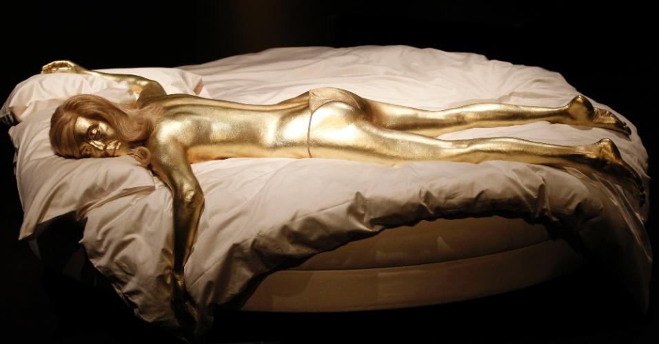 """Um modelo da mulher pintada de ouro de """"007 contra Goldfinger"""" (1964)"""