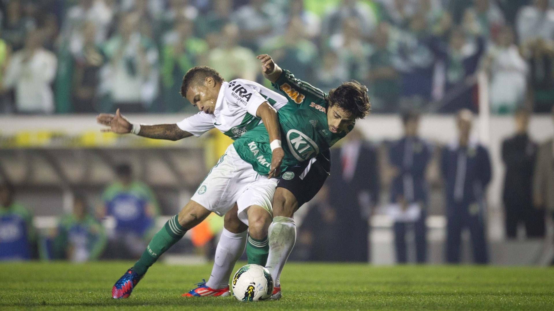 Valdivia tenta se livrar da marcação de jogador do Coritiba durante a final da Copa do Brasil na Arena Barueri