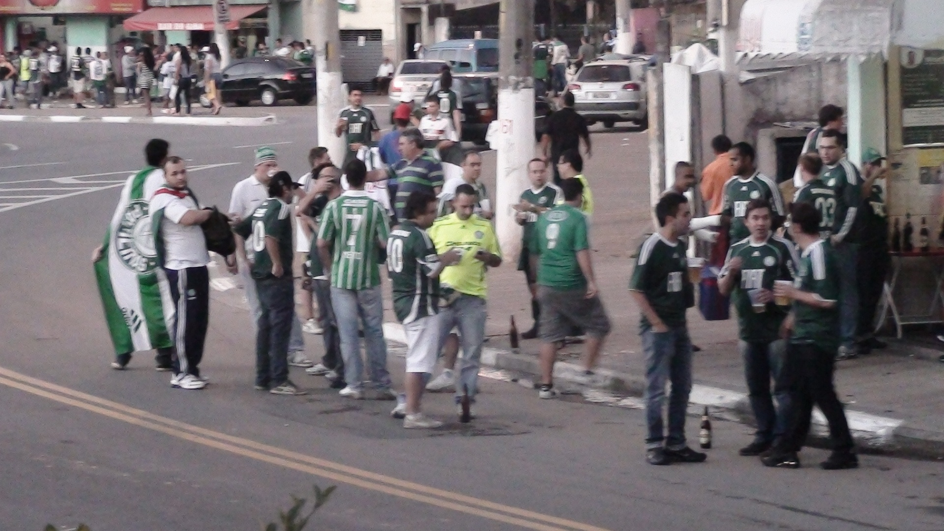 Vrios torcedores do Palmeiras j circulam pelos arredores da Arena Barueri horas antes da partida contra o Coritiba