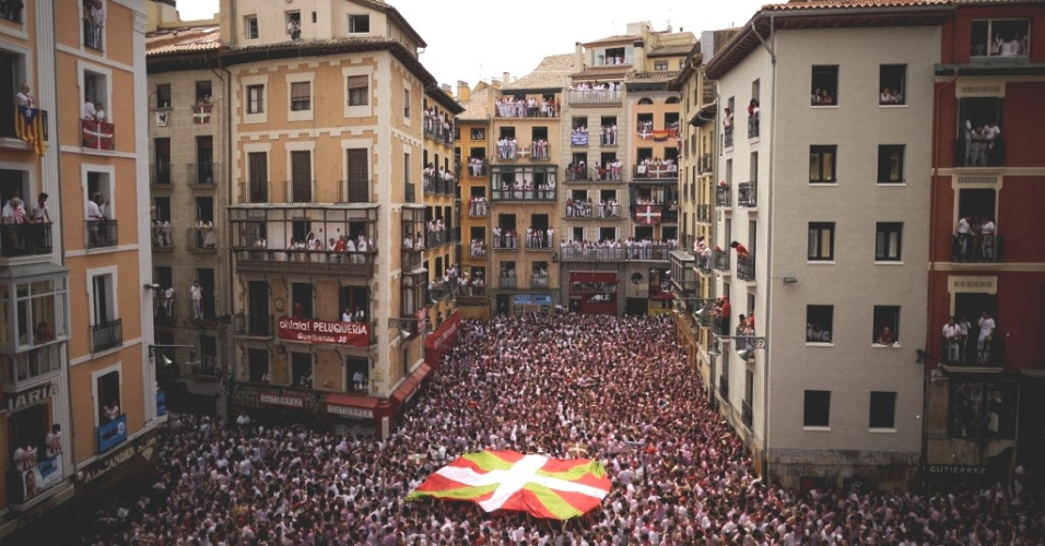 6.jul.2012 - Cidade de Pamplona (Espanha) lotada no 1&#186; dia da festa de S&#227;o Firmino. O festival, realizado anualmente, &#233; famoso por sua corrida de touros, e vai at&#233; o dia 14 de julho
