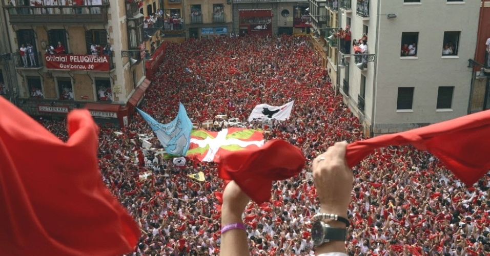 6.jul.2012 - Participantes da festa de S&#227;o Firmino lotam a cidade de Pamplona, na Espanha, no 1&#186; dia da comemora&#231;&#227;o, c&#233;lebre por sua corrida de touros. A festa vai at&#233; 14 de julho