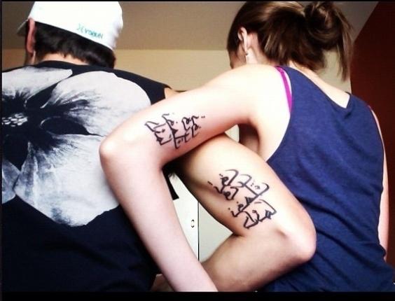 A modelo Yasmin Brunet publicou, nesta sexta-feira (6), uma foto em seu Twitter que mostra que ela e o namorado, Evandro Soldati, fizeram a mesma tatuagem. O significado do desenho não foi revelado. Os dois estão juntos há sete anos e moram juntos em Nova York, nos Estados Unidos (6/7/12)