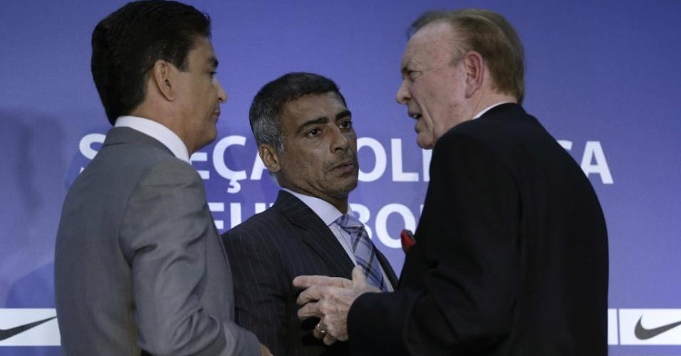 Bebeto e Romário conversam com o presidente da CBF José Maria Marin antes do anúncio dos 18 convocados para a Olimpíada de Londres