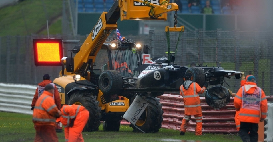 Carro de Bruno Senna é guinchado após brasileiro bater e paralisar sessão de treino livre para o GP da Grã-Bretanha