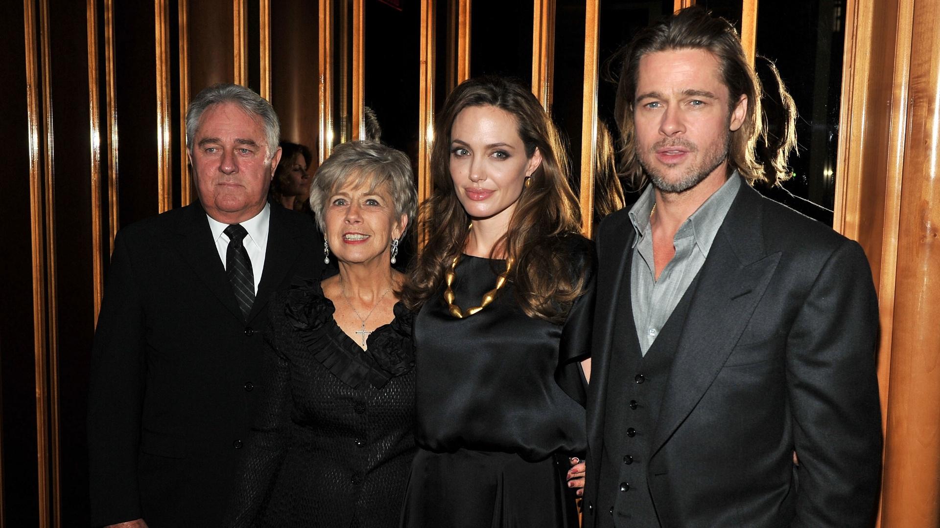 Da esquerda para a direita: Bill Pitt, Jane Pitt (pais de Brad Pitt), Angelina Jolie e Brad Pitt na première de