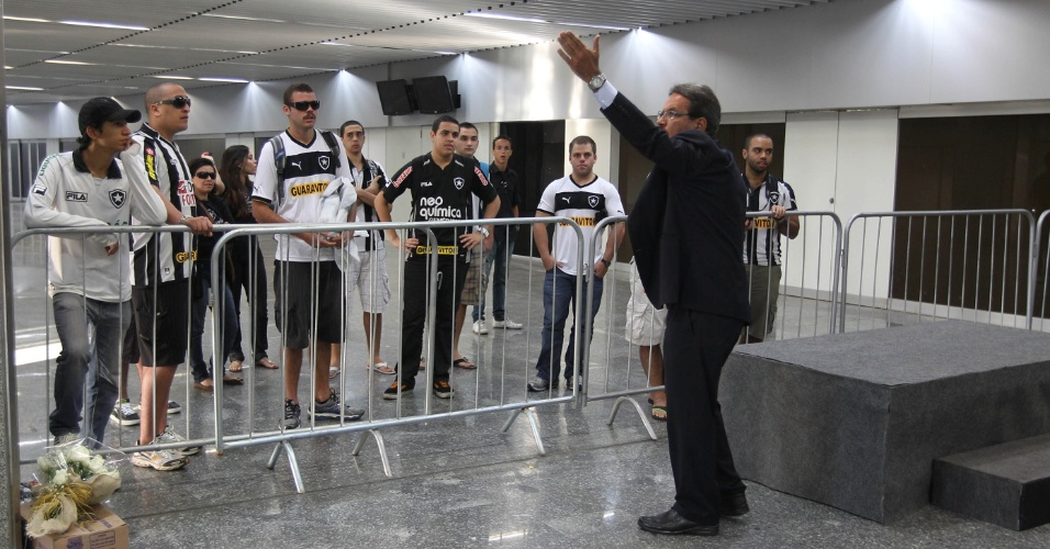 Dirigente do Fogão discute com torcedores que queriam exibir faixa