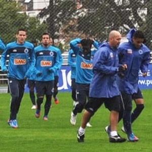 Atletas celestes treinam de agasalho e calça para se protegerem do frio e da chuva na capital gaúcha