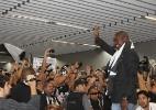 Seedorf é recebido por 2 mil botafoguenses em aeroporto do Rio e sofre com tumulto