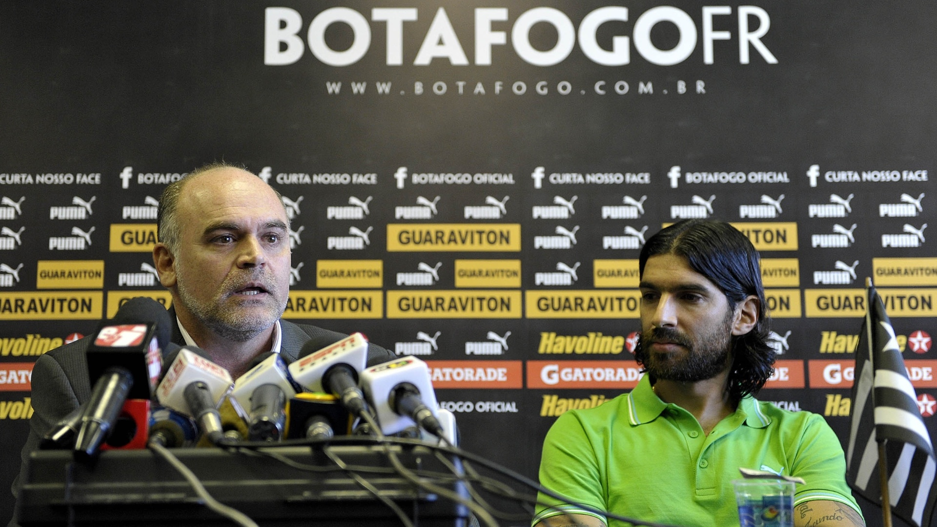 Loco Abreu observa presidente do Botafogo falar durante despedida do clube (06/07/2012)
