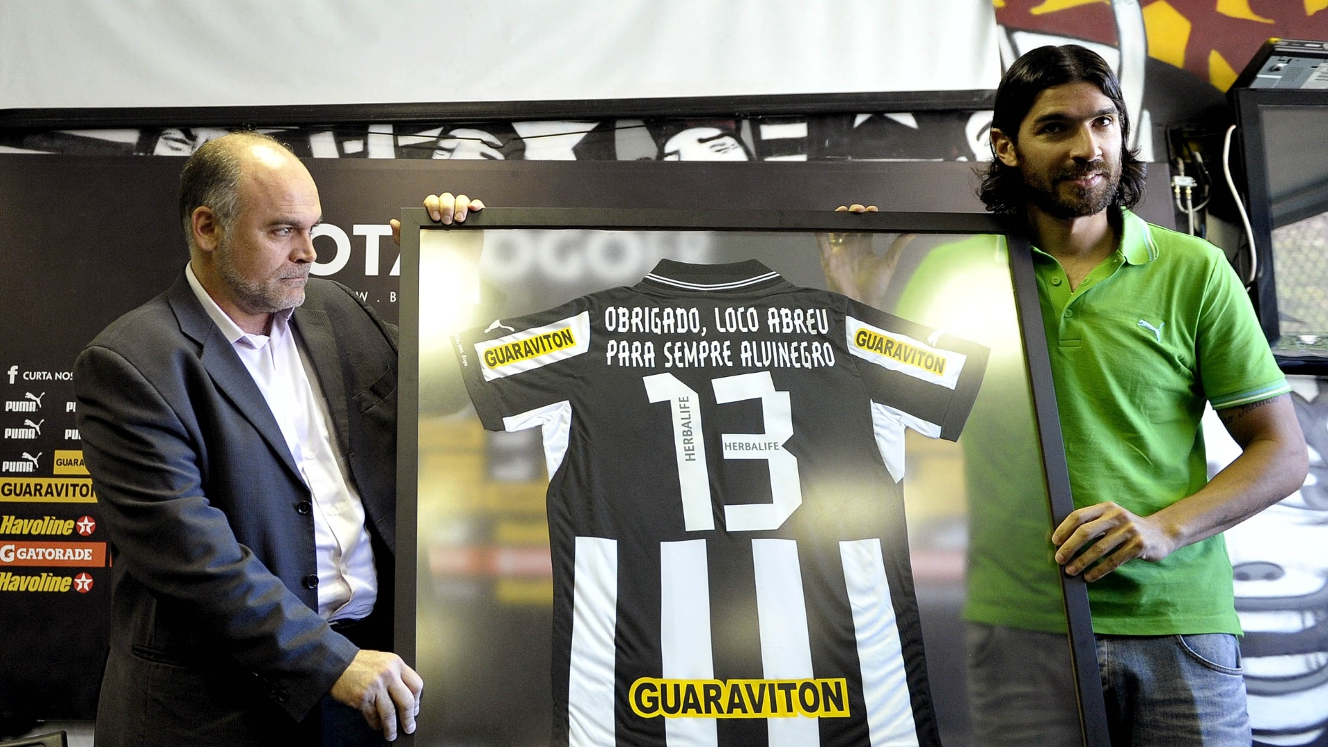 Loco Abreu recebe  homenageado e recebe camisa do presidente do Botafogo (06/07/2012)