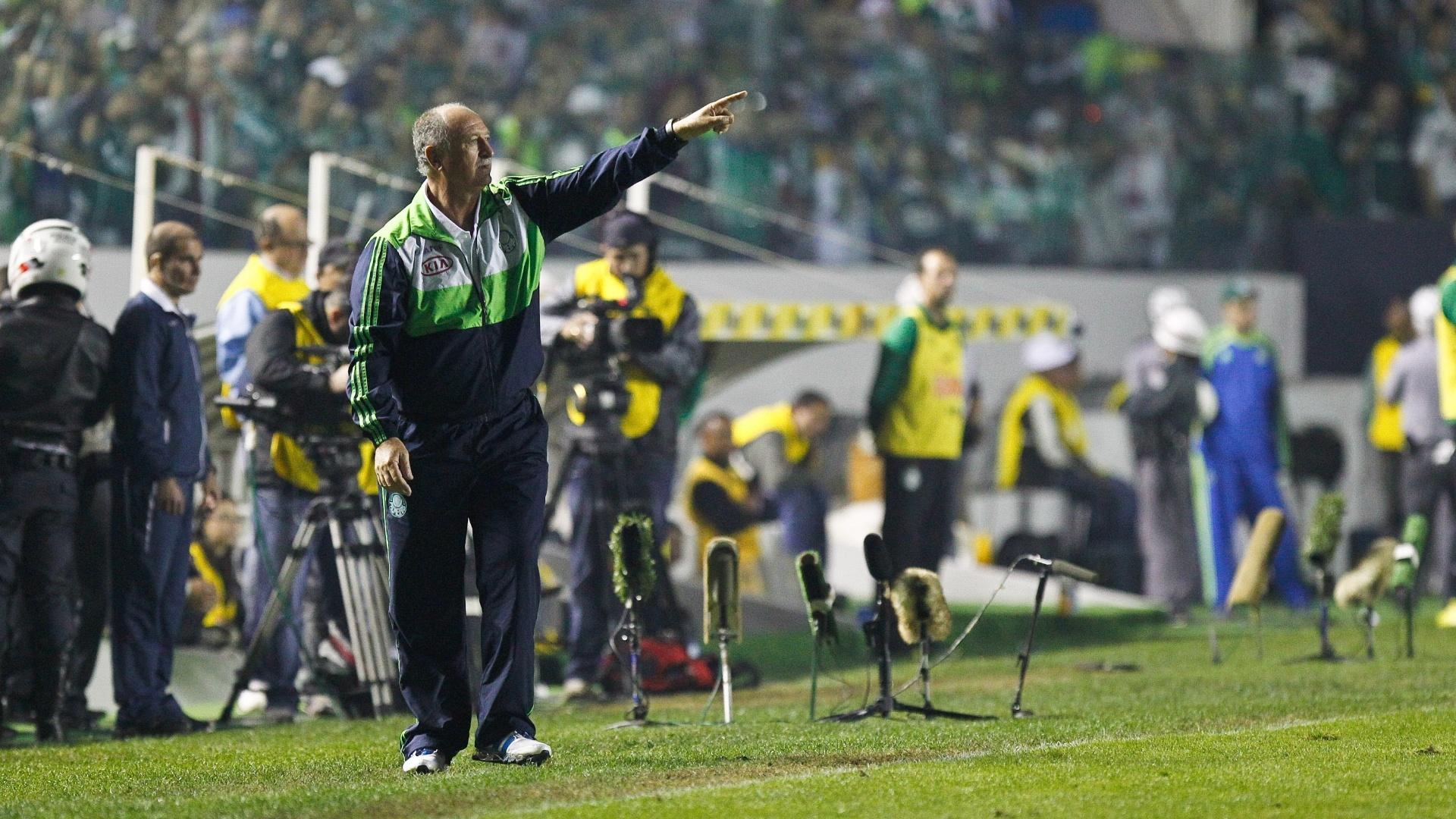 Luiz Felipe Scolari orienta os jogadores do Palmeiras durante a decisão da Copa do Brasil contra o Coritiba