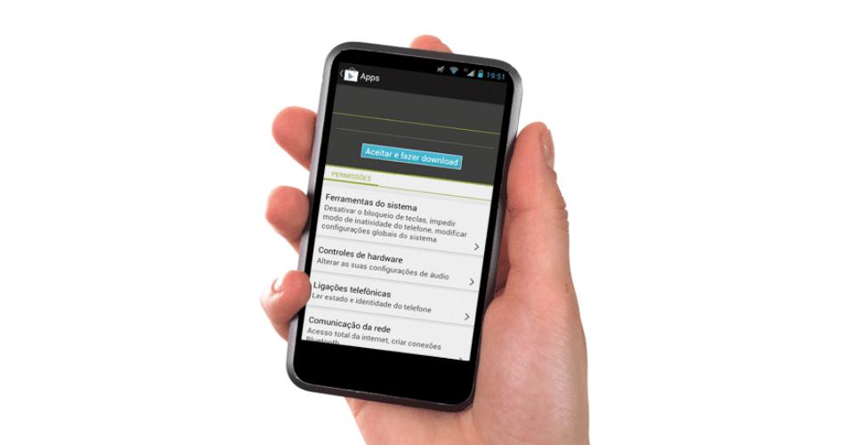 Mão segurando smartphone rodando Android