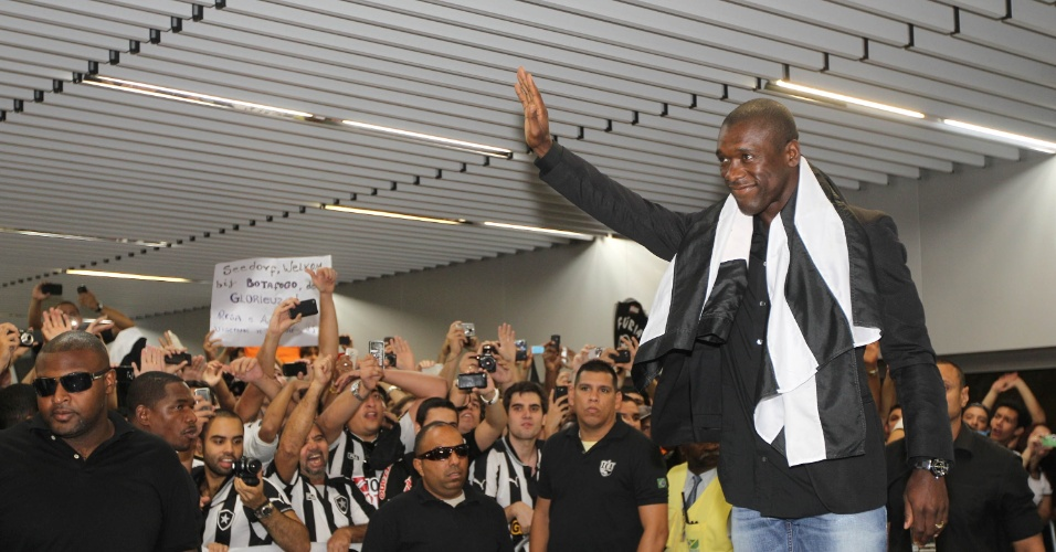 Meia holandês de 36 anos, Seedorf acena para fãs em sua chegada ao Rio