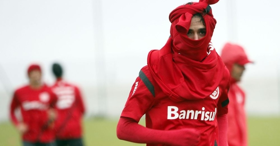 Meia Oscar improvisa proteo para cabea diante de frio intenso em treino no Inter (06/07/2012)