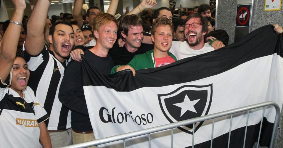 Quatro torcedores holandeses aguardam chegada de Seedorf ao Botafogo
