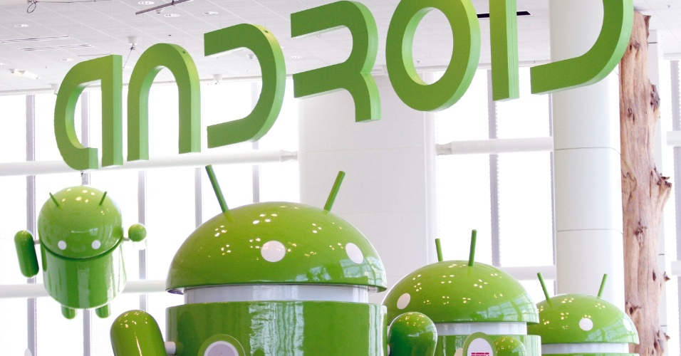 Robôs que simbolizam o logotipo do sistema operacional Android são exibidos no evento de desenvolvedores do Google