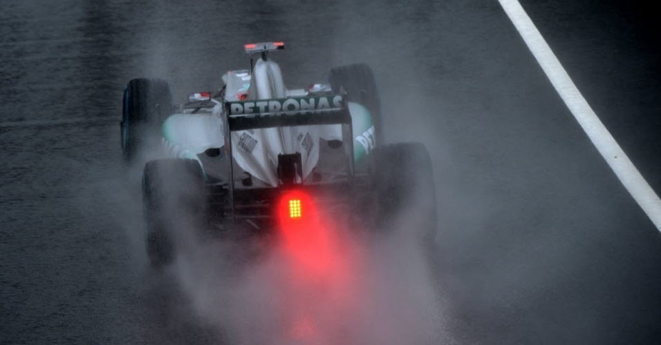 Schumacher conduz sua Mercedes no molhado asfalto do circuito de Silverstone