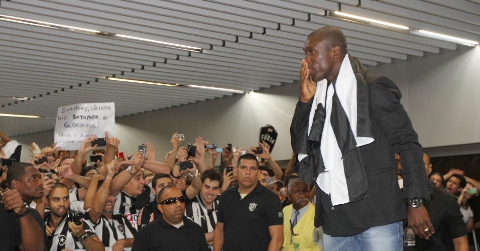 Seedorf agardece aos fãs pelas boas vindas no saguão do aeroporto