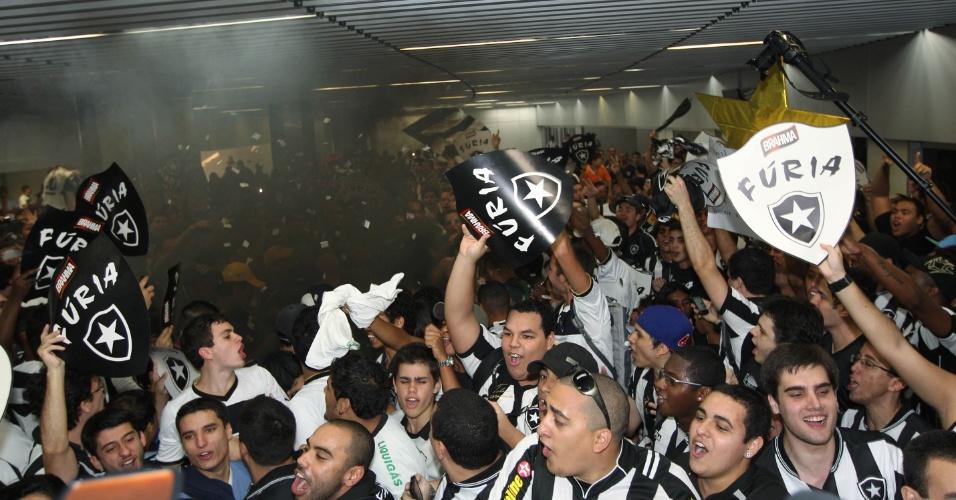 Torcedores não seguram a euforia aguardando a chegada de Seedorf