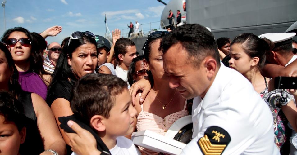 07.jul.2012 - Militares reencontram familiares na chegada da fragata União, da Marinha Brasileira, neste sábado no Rio de Janeiro, após missão de nove meses no Líbano