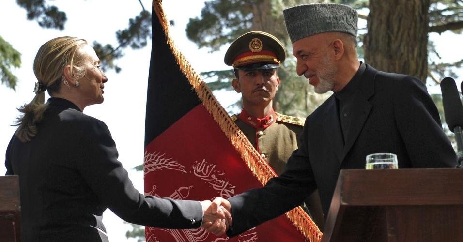 7.jul.2012 - A secretária de Estado americano, Hillary Clinton, cumprimenta o presidente afegão, Hamid Karzai, em Cabul, neste sábado (7) durante visita dela ao país