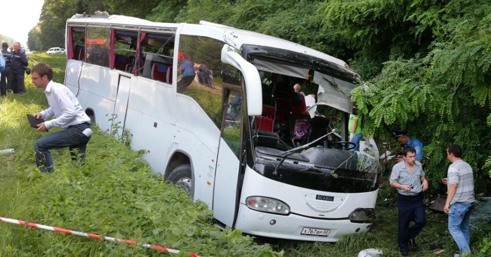 7.jul.2012 - Acidente de ônibus deixa 14 mortos e 22 feridos, em rodovia que liga Kiev a Chernigov, na Ucrânia