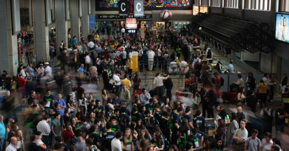 7.jul.2012 - Aeroporto Internacional de Guarulhos (SP) apresenta movimentação intensa na tarde deste sábado (7)